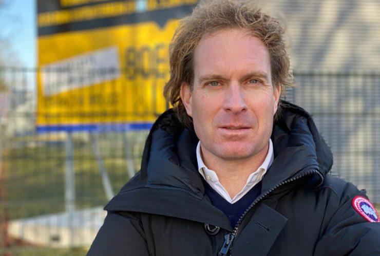 Barry Seelen op bedrijventerrein voor te koop bord met Boers en Lem logo