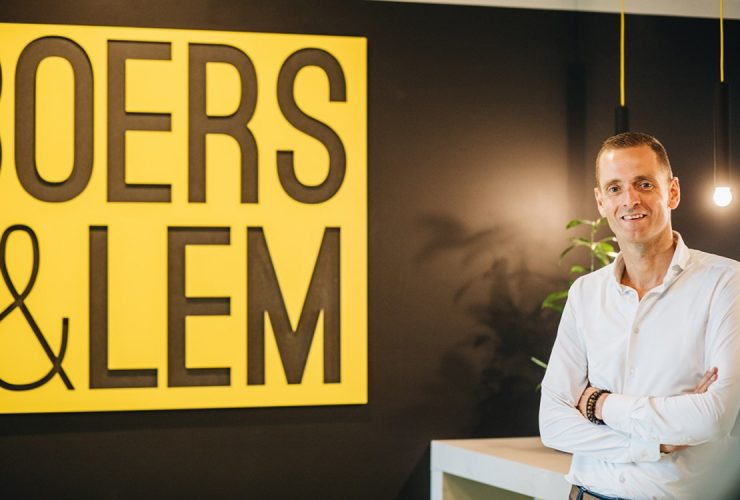 Bart Wientjes op kantoor voor gele Boers en Lem logo met zwarte wand