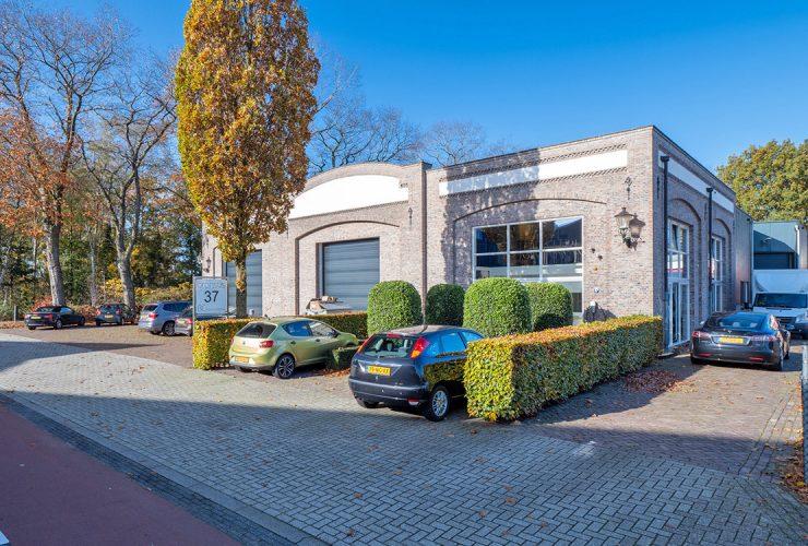 Bedrijfsruimte met kantoor met parkeerplaats ervoor aan de Van den Bergsweg 37 in Nijverdal verhuurd