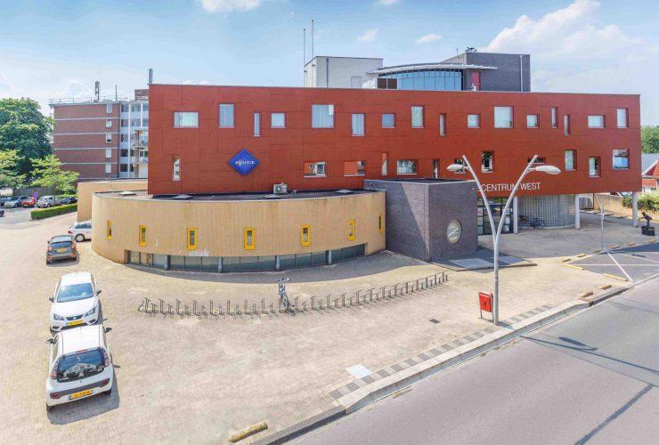 Kantoorpand met rode en gele bakstenen aan de BW ter Kuilestraat 33 in Enschede verkocht